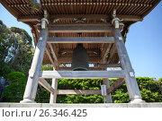 Деревянная колокольня с колоколом во внутреннем дворе в храме Hasedera в городе Камакура, Япония (2013 год). Редакционное фото, фотограф Кекяляйнен Андрей / Фотобанк Лори