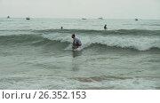 Купить «Surfers learn to conquer the big waves of the South China Sea on Dadonghai Beach stock footage video», видеоролик № 26352153, снято 9 апреля 2017 г. (c) Юлия Машкова / Фотобанк Лори