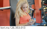 Купить «The girl is looking into the phone», видеоролик № 26353013, снято 27 апреля 2017 г. (c) Kozub Vasyl / Фотобанк Лори