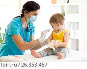 Купить «Doctor holds an injection vaccination the child», фото № 26353457, снято 10 марта 2017 г. (c) Оксана Кузьмина / Фотобанк Лори