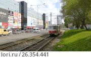 Купить «Самарский общественный транспорт. Городской трамвай едет по улице в солнечный день», видеоролик № 26354441, снято 23 мая 2017 г. (c) FotograFF / Фотобанк Лори