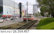 Купить «Самарский общественный транспорт. Городской трамвай едет по улице в солнечный день», видеоролик № 26354457, снято 23 мая 2017 г. (c) FotograFF / Фотобанк Лори
