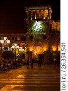 Ночной вид на башню с часами и гуляющие горожане на площади Республики в Ереване, Армения, фото № 26354541, снято 4 мая 2017 г. (c) Эдуард Паравян / Фотобанк Лори