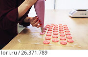 Купить «chef with injector squeezing macaron batter», видеоролик № 26371789, снято 12 декабря 2019 г. (c) Syda Productions / Фотобанк Лори