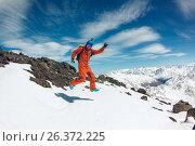 Счастливый сноубордист на фоне гор. Стоковое фото, фотограф Юрий Коваль / Фотобанк Лори
