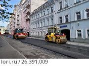 Купить «Москва, Большой Сухаревский переулок, дорожные работы», эксклюзивное фото № 26391009, снято 14 мая 2017 г. (c) Dmitry29 / Фотобанк Лори