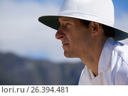 Side view of focused umpire against sky during cricket match. Стоковое фото, агентство Wavebreak Media / Фотобанк Лори