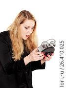 Купить «Молодая девушка смотрит на будильник в руках и удивляется», фото № 26410025, снято 7 декабря 2013 г. (c) Александр Гаценко / Фотобанк Лори