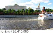 Купить «Туристический катер плывет по Москве-реке на фоне Кремля», видеоролик № 26410085, снято 30 мая 2017 г. (c) Алексей Ларионов / Фотобанк Лори