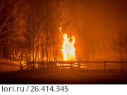 People around a fire at winter solstice. Стоковое фото, фотограф A. Hartl / age Fotostock / Фотобанк Лори