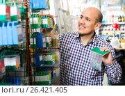 Купить «Customer buying nails and clinkers in store», фото № 26421405, снято 18 ноября 2018 г. (c) Яков Филимонов / Фотобанк Лори