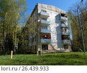 Пятиэтажный четырёхподъездный блочный жилой дом серии I-510, построен в 1962 году. 13-я Парковая улица, 37, корпус 1 . Район Северное Измайлово. Москва (2017 год). Стоковое фото, фотограф lana1501 / Фотобанк Лори