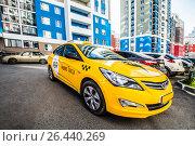 Купить «Желтый автомобиль  Yandex-такси на фоне жилого района», фото № 26440269, снято 6 марта 2013 г. (c) Сергеев Валерий / Фотобанк Лори