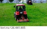Купить «Покос паркового газона двумя тракторами Беларус. Город Москва.», видеоролик № 26441805, снято 30 мая 2017 г. (c) Антон Вербило / Фотобанк Лори