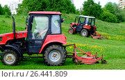 Купить «Покос паркового газона двумя тракторами Беларус. Город Москва.», видеоролик № 26441809, снято 30 мая 2017 г. (c) Антон Вербило / Фотобанк Лори