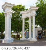 Колоннада на входе в сад имени Караева. Евпатория, Крым (2016 год). Редакционное фото, фотограф Александр Щепин / Фотобанк Лори