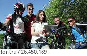 Купить «Group of cyclists checking the map in tablet discussing the route», видеоролик № 26450189, снято 28 мая 2017 г. (c) Сергей Мнацаканов / Фотобанк Лори