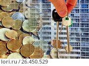 Купить «Ключи от квартиры на фоне фасада дома и денег», фото № 26450529, снято 12 февраля 2017 г. (c) Сергеев Валерий / Фотобанк Лори