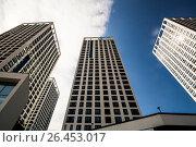 Купить «Фасад новых жилых многоэтажных домов на фоне неба», фото № 26453017, снято 12 февраля 2017 г. (c) Сергеев Валерий / Фотобанк Лори