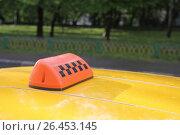 Купить «Шашечки такси на крыше автомобиля», фото № 26453145, снято 3 июня 2017 г. (c) Мила Демидова / Фотобанк Лори