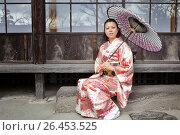 Купить «Японская девушка в светлом кимоно и с зонтом сидит около японского дома», фото № 26453525, снято 30 января 2011 г. (c) Александр Гаценко / Фотобанк Лори