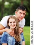 Купить «Молодая пара в парке», фото № 26453533, снято 13 июня 2014 г. (c) Александр Гаценко / Фотобанк Лори