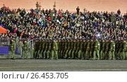 Ночная репетиция парада на Красной площади в Москве в честь 72-й годовщины Победы. Торжественный марш военнослужащих (2017 год). Редакционное видео, видеограф Игорь Долгов / Фотобанк Лори