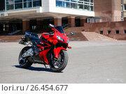 Купить «KRASNOYARSK, RUSSIA - MAY 27, 2017: Red and black sportbike Honda CBR 600 RR 2005 PC37», фото № 26454677, снято 27 мая 2017 г. (c) Виктория Кузьменкова / Фотобанк Лори