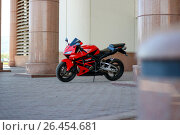 Купить «KRASNOYARSK, RUSSIA - MAY 27, 2017: Red and black sportbike Honda CBR 600 RR 2005 PC37», фото № 26454681, снято 27 мая 2017 г. (c) Виктория Кузьменкова / Фотобанк Лори