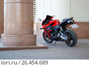 Купить «KRASNOYARSK, RUSSIA - MAY 27, 2017: Red and black sportbike Honda CBR 600 RR 2005 PC37», фото № 26454689, снято 27 мая 2017 г. (c) Виктория Кузьменкова / Фотобанк Лори