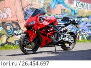 Купить «KRASNOYARSK, RUSSIA - MAY 27, 2017: Red and black sportbike Honda CBR 600 RR 2005 PC37», фото № 26454697, снято 27 мая 2017 г. (c) Виктория Кузьменкова / Фотобанк Лори