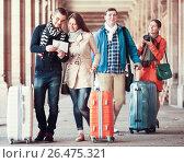 Group of friends checking direction. Стоковое фото, фотограф Яков Филимонов / Фотобанк Лори