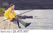 Купить «Dad and son are fishing on the lake», видеоролик № 26475997, снято 17 ноября 2019 г. (c) Raev Denis / Фотобанк Лори