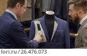 Купить «Designer and customer in shop», видеоролик № 26476073, снято 2 июня 2017 г. (c) Raev Denis / Фотобанк Лори
