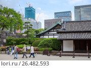 Туристы возле здания Hyakunin-bansho Guardhouse. Императорский дворец, Восточный парк. Токио, Япония (2013 год). Редакционное фото, фотограф Кекяляйнен Андрей / Фотобанк Лори