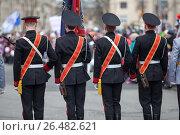 Купить «Знаменосцы с флагом стоять в строю спиной», фото № 26482621, снято 9 мая 2017 г. (c) Кекяляйнен Андрей / Фотобанк Лори
