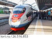 Купить «Посадка пассажиров в поезд Сапсан. Проводник проверяет билеты», фото № 26516853, снято 5 мая 2017 г. (c) Юлия Бабкина / Фотобанк Лори