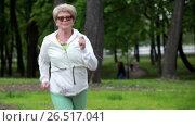 Женщина в возрасте на пробежке в летнем парке. Стоковое видео, видеограф Кекяляйнен Андрей / Фотобанк Лори