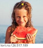 Купить «Девочка с арбузом», фото № 26517189, снято 15 мая 2016 г. (c) Гладских Татьяна / Фотобанк Лори