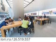 Купить «People at Apple Store Genius Bar, Hong Kong», фото № 26519557, снято 16 марта 2017 г. (c) Александр Подшивалов / Фотобанк Лори