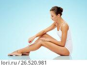 Купить «woman with safety razor shaving legs over blue», фото № 26520981, снято 9 апреля 2017 г. (c) Syda Productions / Фотобанк Лори