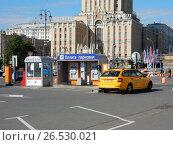 Купить «Платная парковка на Комсомольской площади. Красносельский район. Москва», эксклюзивное фото № 26530021, снято 12 июня 2017 г. (c) lana1501 / Фотобанк Лори