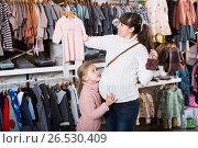 Купить «Family in baby's cloths shop», фото № 26530409, снято 10 января 2017 г. (c) Яков Филимонов / Фотобанк Лори