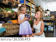 Glad mother with daughter shopping various veggies. Стоковое фото, фотограф Яков Филимонов / Фотобанк Лори