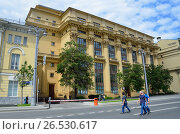 Москва, люди гуляют рядом с домом Жолтовского на Моховой улице летом. Редакционное фото, фотограф Овчинникова Ирина / Фотобанк Лори