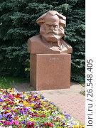 Купить «Памятник Карлу Марксу летом. Город Калуга», эксклюзивное фото № 26548405, снято 8 июня 2017 г. (c) Алексей Гусев / Фотобанк Лори