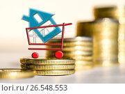 Купить «Cимвол  недвижимости на фоне денег», фото № 26548553, снято 23 марта 2017 г. (c) Сергеев Валерий / Фотобанк Лори