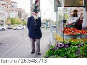 Купить «Старик смотрит на витрину овощного магазина», фото № 26548713, снято 17 мая 2017 г. (c) Эдуард Паравян / Фотобанк Лори