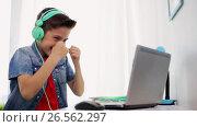 Купить «boy in headphones playing video game on laptop», видеоролик № 26562297, снято 23 мая 2019 г. (c) Syda Productions / Фотобанк Лори