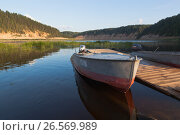 Лодки летним вечером у деревянного пирса на реке Сухоне в урочище Опоки Вологодской области, фото № 26569989, снято 12 августа 2016 г. (c) Николай Мухорин / Фотобанк Лори
